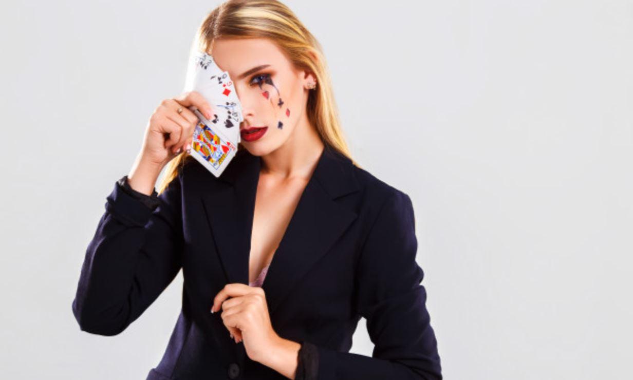 Baccarat ist ein Kartenspiel um Geld im Casino